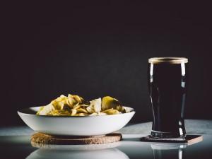 birra-scura-patatine